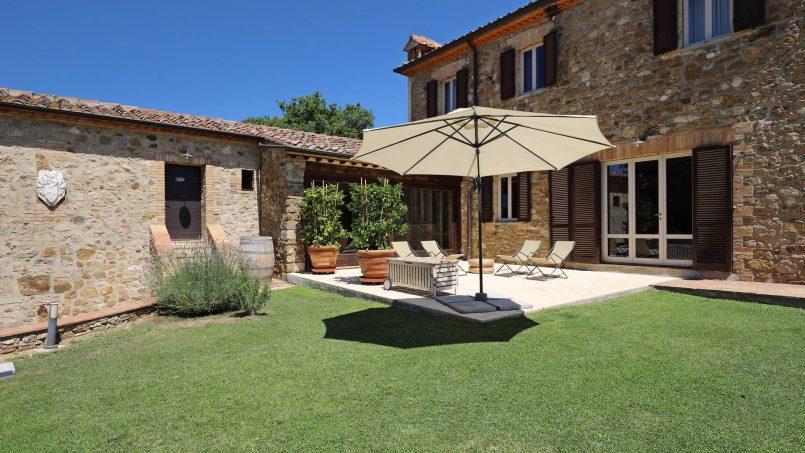 Hillside stone built Villa Insieme XVI Tuscany Siena 27