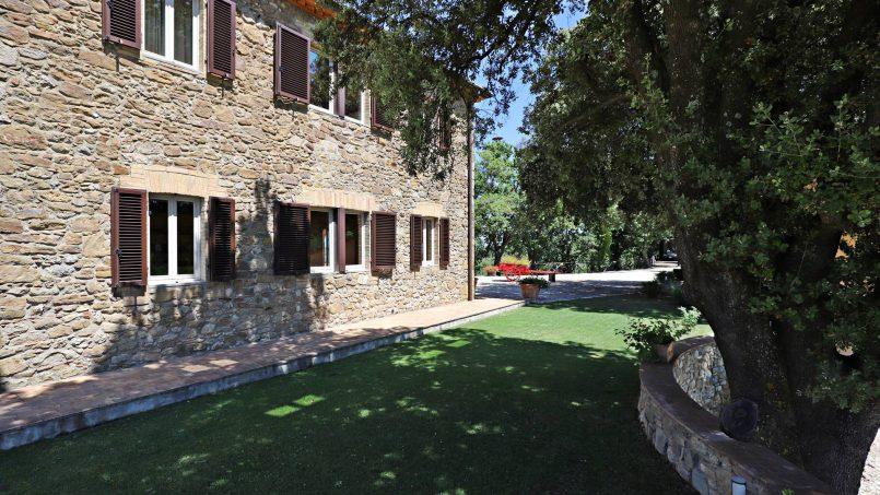 Hillside stone built Villa Insieme XVI Tuscany Siena 31