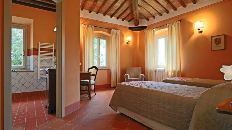 Hillside stone built Villa Insieme XVI Tuscany Siena 75