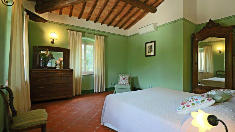 Hillside stone built Villa Insieme XVI Tuscany Siena 84