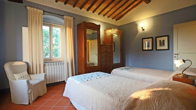 Hillside stone built Villa Insieme XVI Tuscany Siena 90